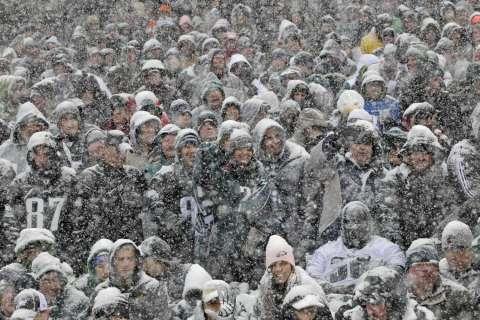 131212-eagles-snow-football